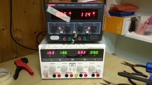 Labbaggregat. Nytt 4-kanals (MC Power RG-303Pro) och gamla halvtrasiga 2-kanalsaggregatet