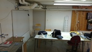 Lab with whiteboard and tables for meetings and coarses